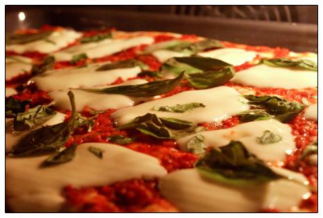 Pizza z mozzarellą, bazylią i pomidorkami koktajlowymi